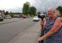 KREATIVNOST NA DELU Žena našla savršen način da natera vozače da smanje brzinu (VIDEO)