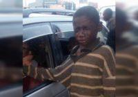 Maleni beskućnik prišao je autu kako bi zatražio novac, ali kada je pogledao unutra počeo je plakati